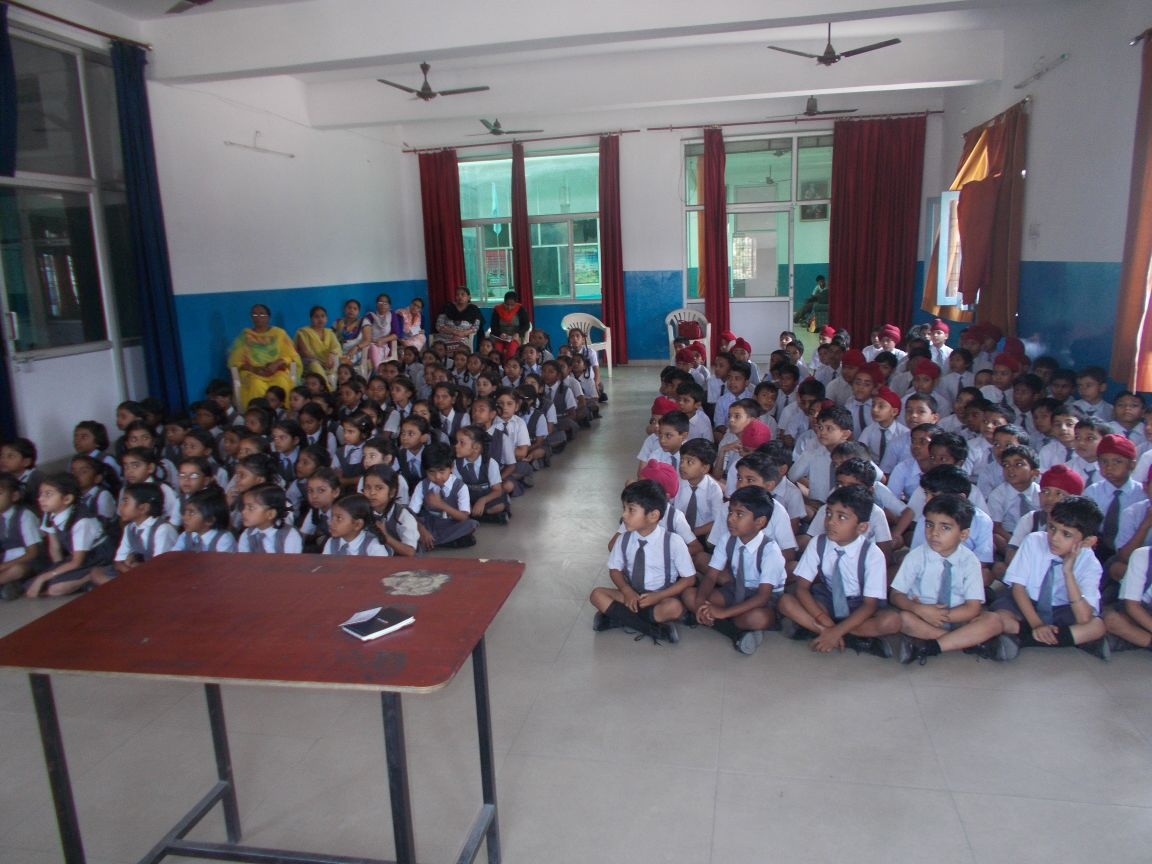Bhupendra explaining the importance of hygiene to the students of LUCKNOW (U.P.)ON 24TH APRIL 2015