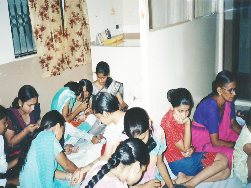 CHILDREN PARTICIPATING IN MEHENDI COMPETITION (15 TH  AUGUST 2004)